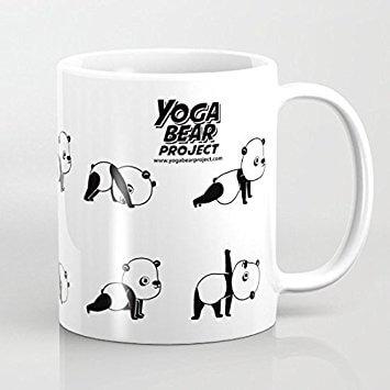 Taza de panda haciendo yoga